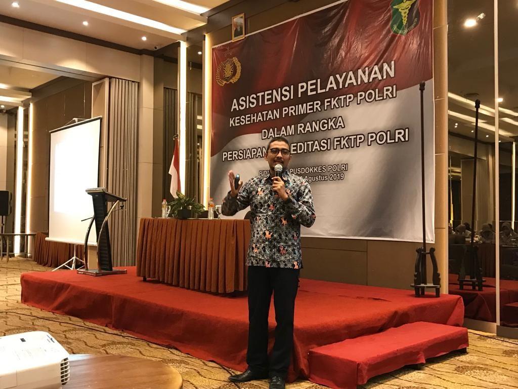dr Muh Husen Prabowo, MPH mahasiswa Program Doktor IKM UNS menjadi narasumber dalam asistensi pelayanan kesehatan di FKTP Klinik POLRI se- Jawa Tengah.