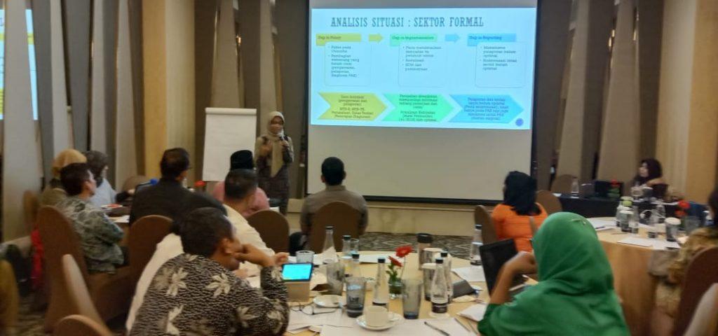 Dosen S3 IKM UNS, Vitri Widyaningsih, dr., MS., Ph.D dan Dr. Sumardiyono, SKM., M.Kes, memaparkan hasil penelitiannya dalam Workshop Penyusunan Peta Jalan Kesehatan Kerja di Indonesia