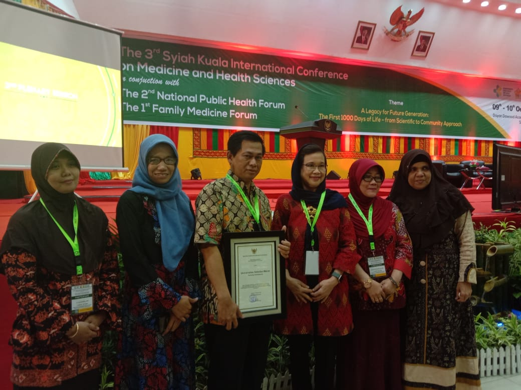 Dr. Sumardiyono, SKM., M.Kes, dosen S3 IKM UNS sebagai ketua tim peneliti Kajian Pelayanan Penyakit Akibat Kerja (PAK) menerima penghargaan dari Kementerian Kesehatan