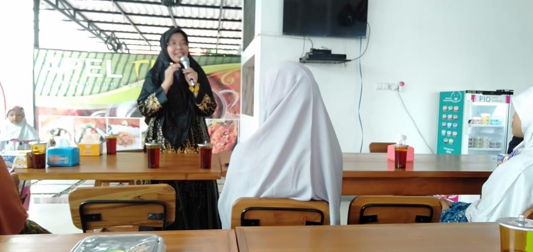 Mahasiswa S3 Kesehatan Masyarakat UNS a/n dr Indriyati Oktaviyano M.Kes menjadi narasumber dalam acara Seminar Parenting pada orang tua murid SD IT Nurhidayah Surakarta
