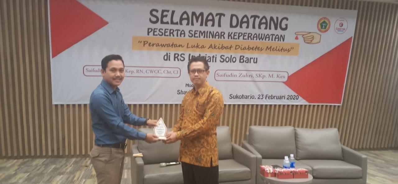 Mahasiswa S3 Kesehatan Masyarakat UNS a/n Saifudin Zukhri, menjadi narasumber seminar Perawatan Luka Diabetes